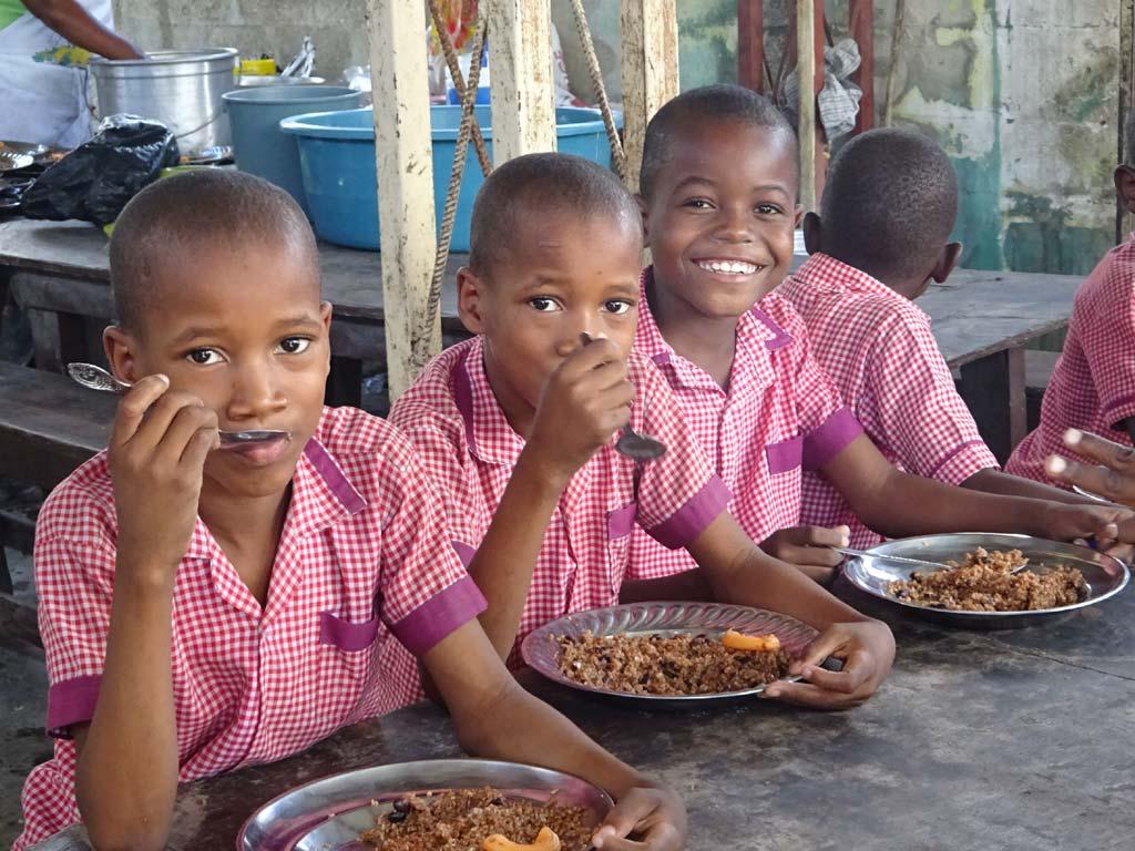 Enfants à la cantine de l'école de Cité Soleil en Haïti