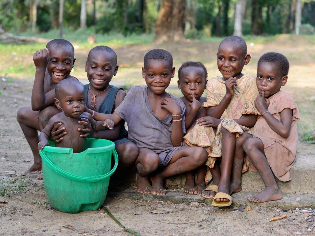 Enfants pygmées Bagyeli dans leur campement au Cameroun