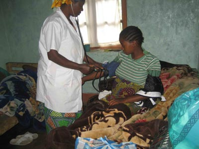 Infirmière examinant une femme enceinte à Lukanga en RDC