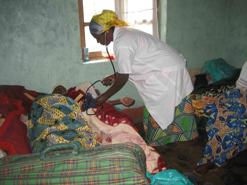 Soins par une infirmière du centre de santé de Kabweke