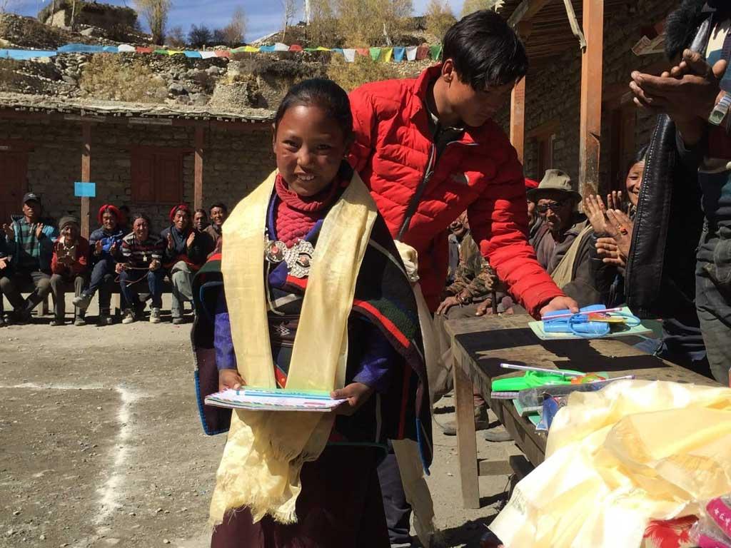 Distribution des prix à l'école de Shimengaon dans le Haut Dolpo au Népal