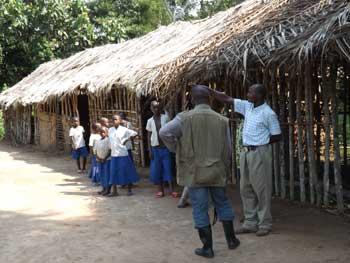 Ecole de brousse en paille au Nord Kivu en RD Congo