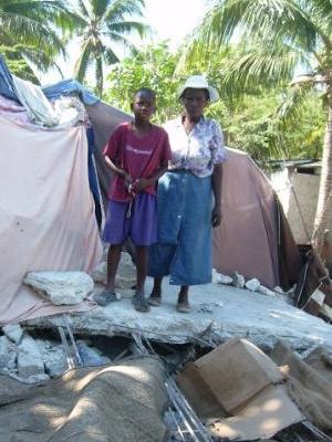 Abri de fortune après le séisme en Haïti