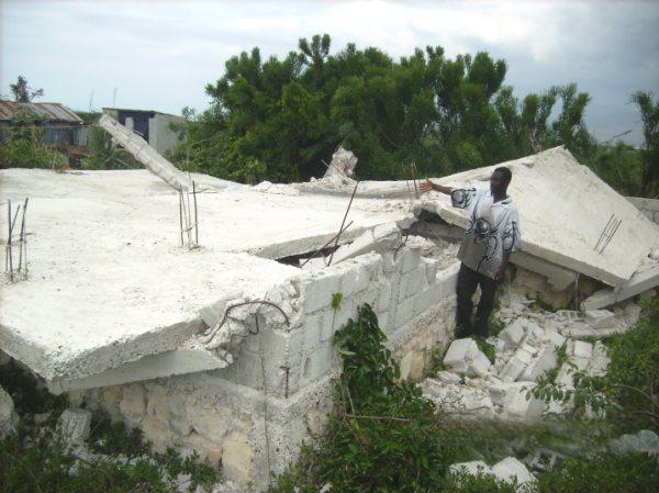 Maison démolie lors du séisme en Haïti