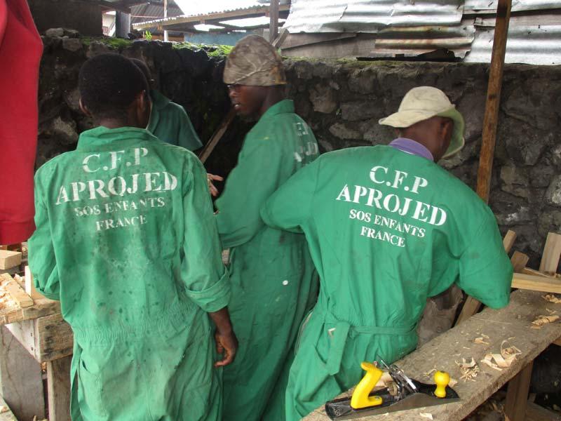 Apprentis menuisiers du centre de formation Projed à Goma
