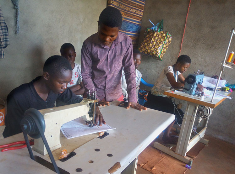 Atelier broderie au centre d'apprentissage des métiers de Mangina au Nord Kivu, RD du Congo