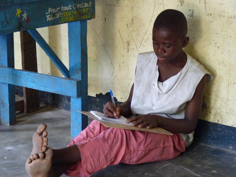 Enfant des rues de Kinshasa en séance d'alphabétisation