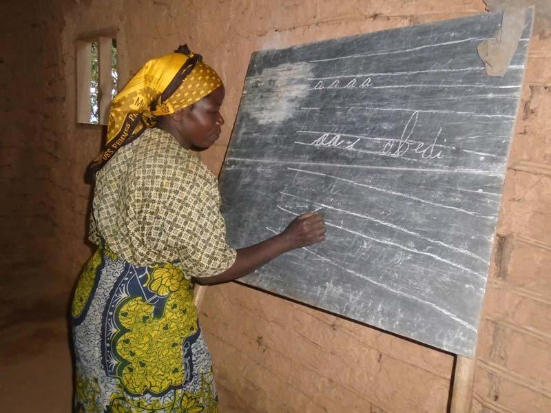 Femmes au tableau lors d'une séance d'alphabétisation au Nord Kivu, RD du Congo