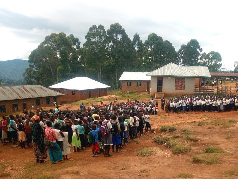 Le groupe scolaire Vutegha avec les deux corps de bâtiment et la bibliothèque