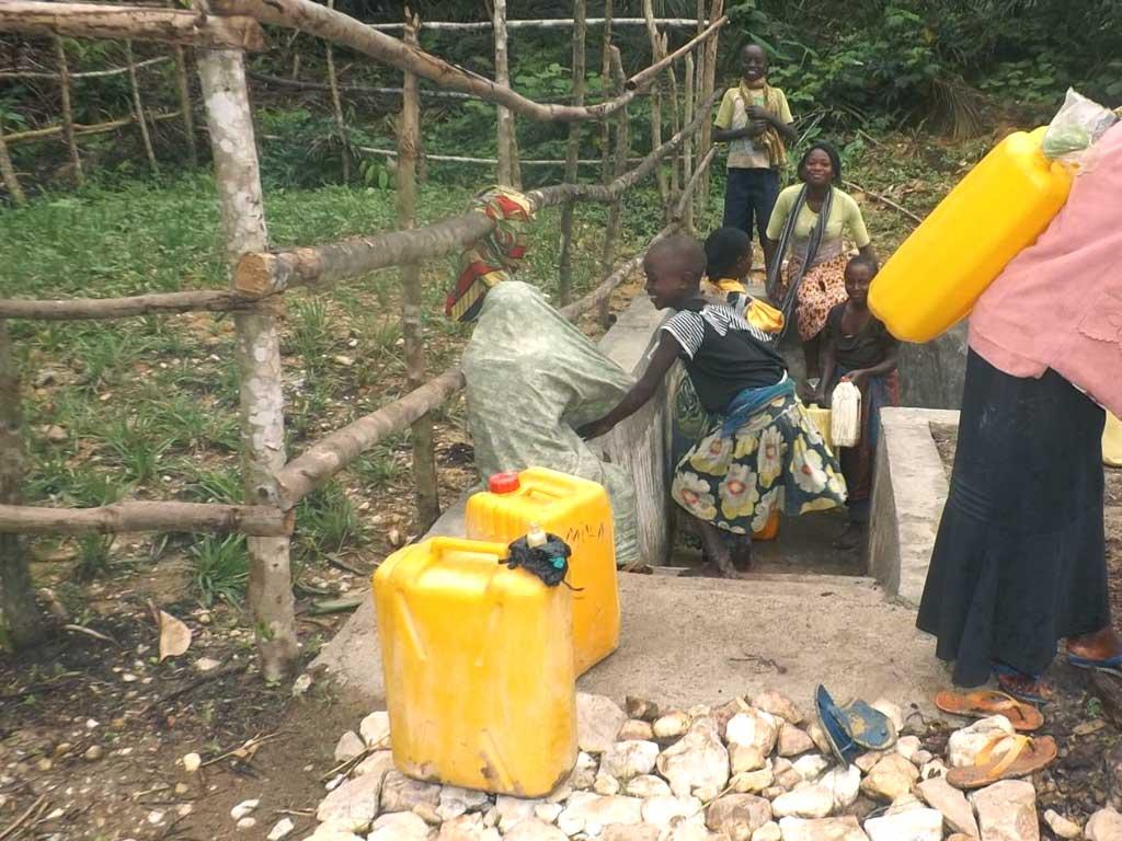 Familles au point d'eau potable de Kabweke au Nord Kivu