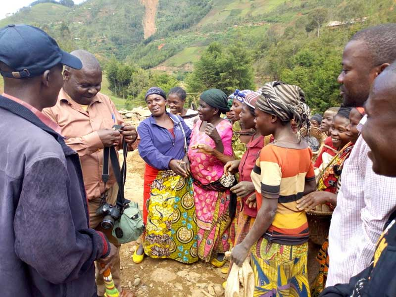 Les habitants de Mudusa à l'annonce du projet de construction d'un centre de santé et d'une école