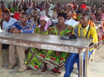 Réunion des parents et responsables d'écoles de la région de Kirumba pour la convention d'installation de la bibliothèque Vutegha au Nord Kivu,