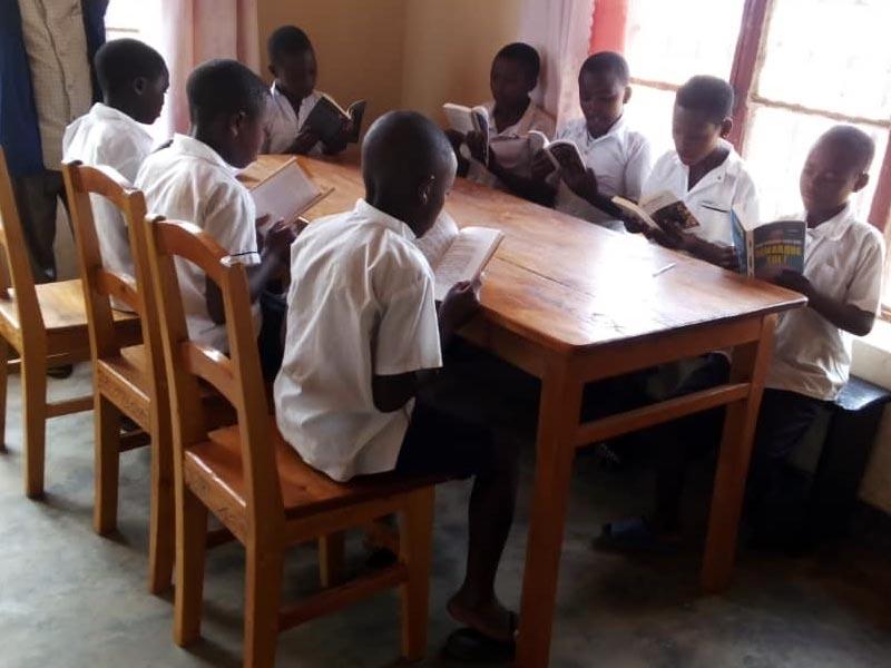 Séance de lecture à la bibliothèque pour les élèves de l'école Vutegha à Kirumba