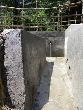 Maçonnerie pour renforcer le canal d'évacuation du point d'eau de Kabweke au Nord Kivu en RD Congo