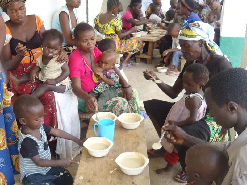 Distribution de bouillie aux enfants malnutris de Kabweke