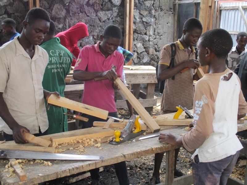 Apprentis menuisiers au travail dans l'atelier de formation Aprojed à Goma, RD du Congo