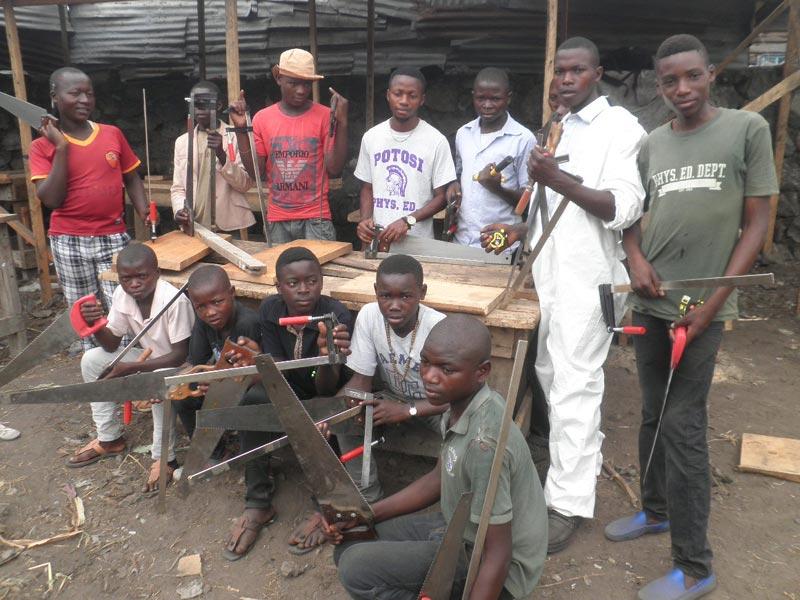 Atelier de formation en menuiserie Aprojed à Goma, promotion 2015 d'enfants soldats démobilisés