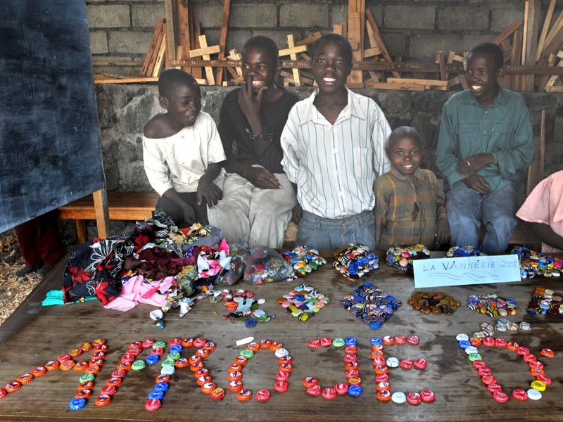 Atelier de vannerie organisé par Aprojed pour les jeunes désœuvrés de Goma