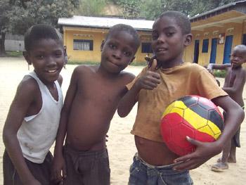 Les enfants des rues jouent au ballon au centre d'accueil Ndako Ya Biso à Kinshasa