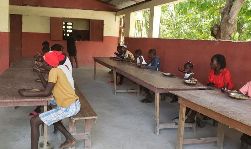 Distanciation sociale des enfants à la cantine de l'école St Alphonse de Fourgy durant la pandémie de coronavirus