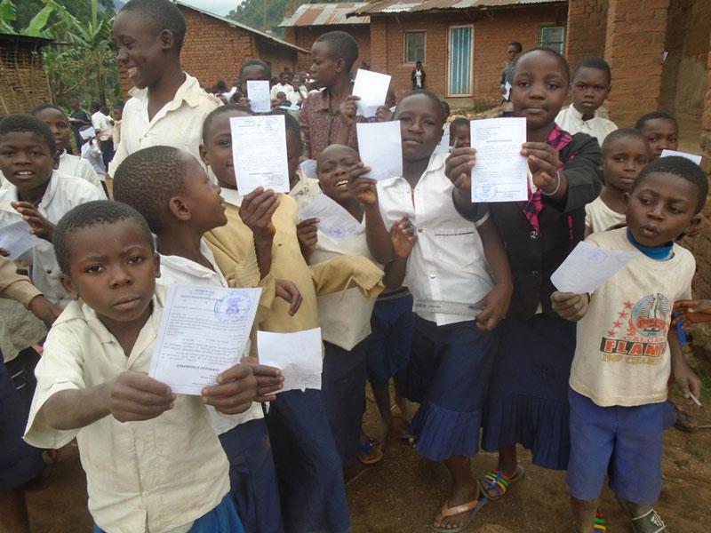 Enfants qui ont reçu leur certificat d'indigence pour, preuve de leur enregistrement à l'état civil en RD du Congo