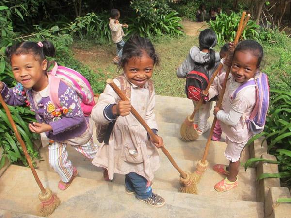 Tous les enfants aident à balayer la cour et les escaliers lors de la Journée des Ecoles à Madagascar
