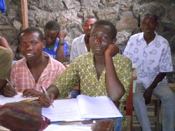 Cours théorique dans  l'atelier de formation en menuiserie Aprojed à Goma