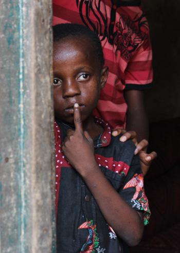 Enfant prêt à quitter sa famille pour rejoindre la rue à Kinshasa