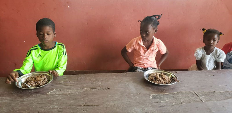 Distanciation sociale à la cantine de l'école St Alphonse à Port au Prince en Haïti