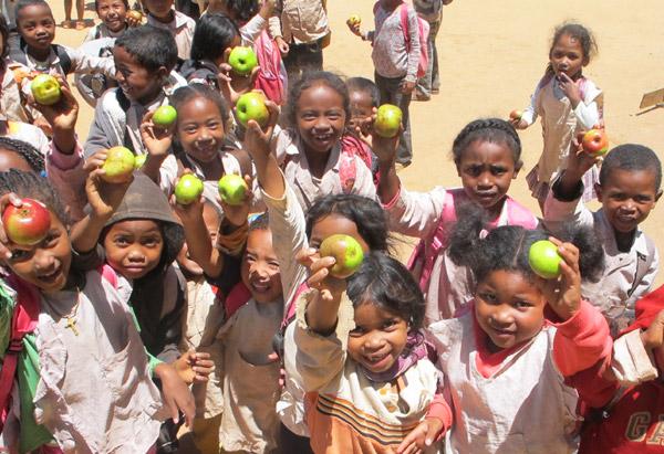 Distribution de pommes pour le goûter des enfants du Centre akany Aina à Madagascar