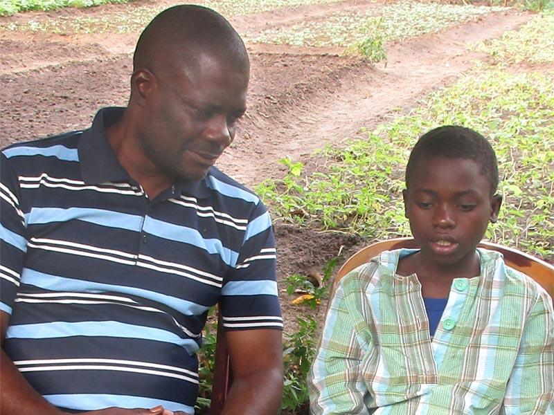 Ecoute d'un enfant des rues par un éducateur, centre d'accueil Ndako Ya Biso