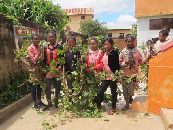 Elagage des vignes et des arbustes dans les jardins du Centre Akany Aina à Madagascar