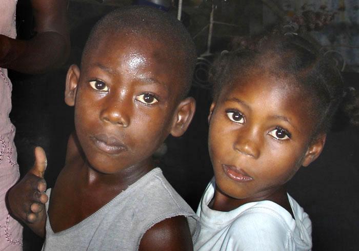 Enfants pauvres du bidonville de Cité Soleil en Haïti