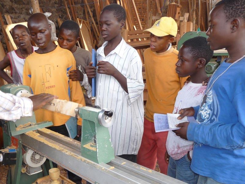 Enfants soldats démobilisés apprentis au Centre de formation en menuiserie Aprojed à Goma