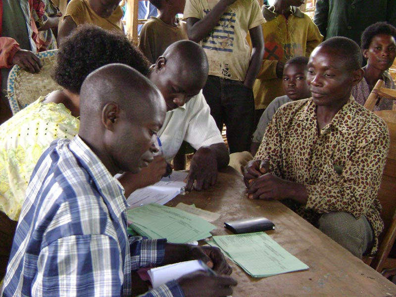 Enregistrement des naissances dans un bureau d'état civil du Nord Kivu, RD du Congo