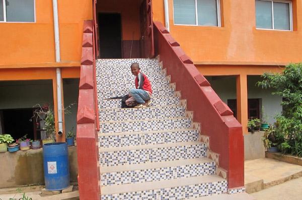 Un nouvel escalier a été construit sur le côté Est de l'école Akany Aina