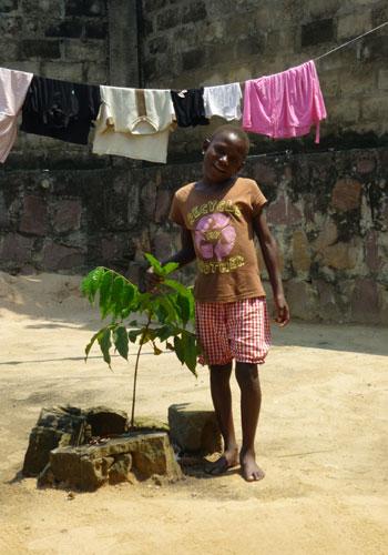 Fillette hébergée au centre d'accueil d'urgence Ndako Ya Biso pour enfants des rues à Kinshasa