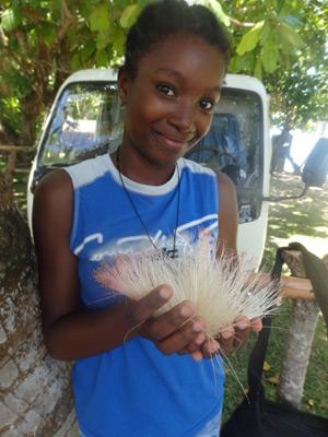 Une orpheline de Madagascar vous offre une fleur pour Pâques