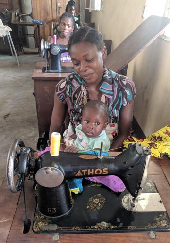 Jeune fille des rues de Kinshasa et son bébé en formation de couture au centre Ndako Ya Biso pour grands jeunes des rues