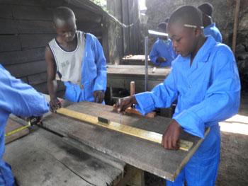 Atelier de formation en menuiserie pour la réinsertion des enfants soldats démobilisées à Goma, RD du Congo