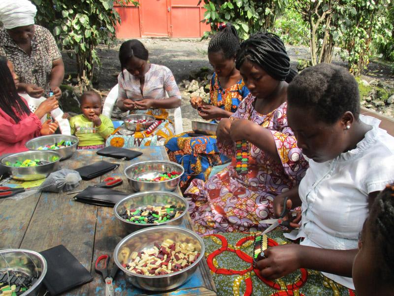 Formation au tissage artisanal de perles destinée aux jeunes mères violées abusées sexuellement