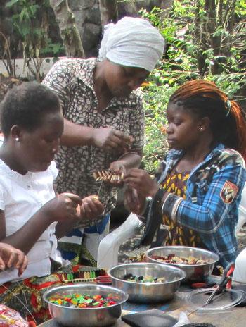 Formation des jeunes mères violées au tissage de perles, Goma, RD du Congo