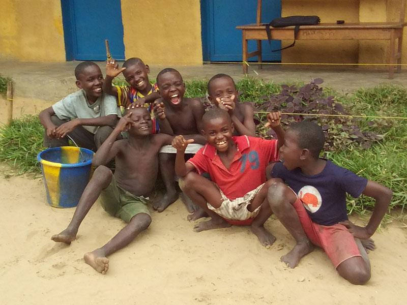 Enfants des rues jouant au centre Ndako Ya Biso à Kinshasa
