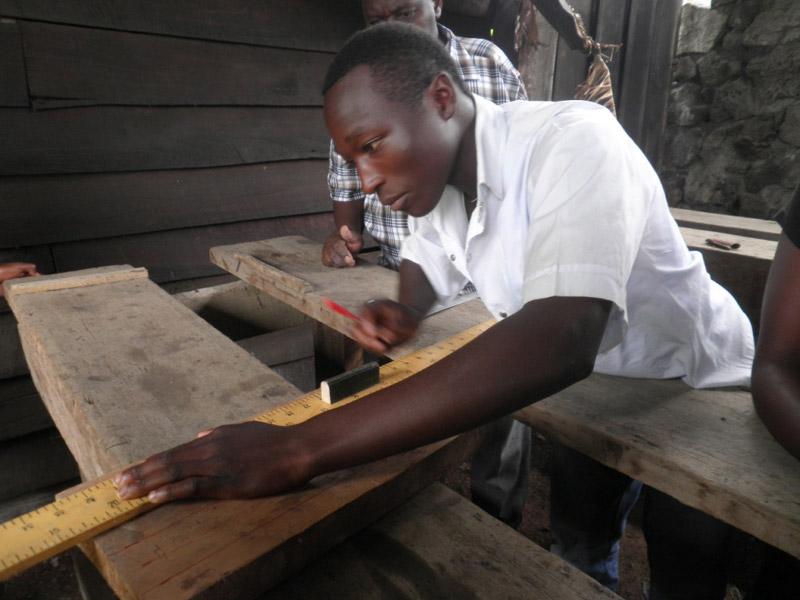 Début de l'a formation en menuiserie pour un enfant soldat démobilisé à Goma - Apprentissage des mesures