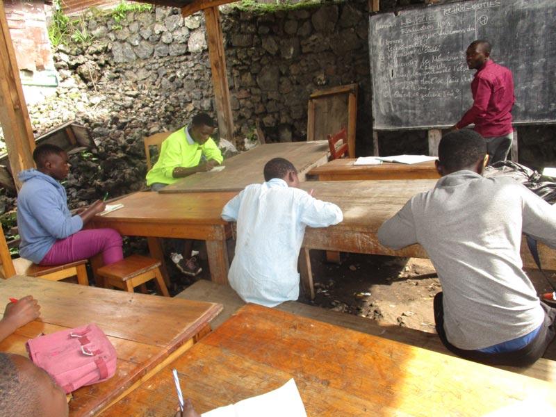 Distanciation sociale des apprentis durant les cours théoriques de la formation en menuiserie à Goma