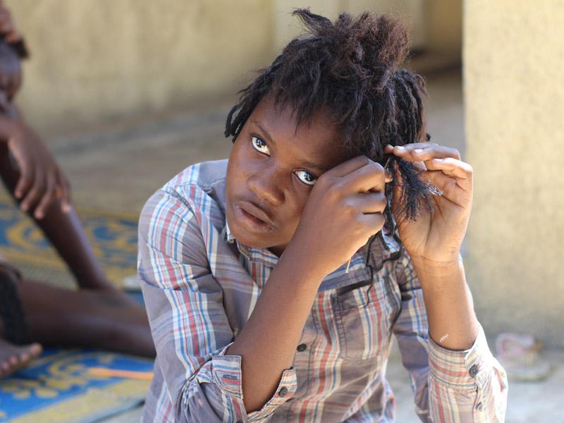Grande fille des rues de Kinshasa accueillie au centre des grands jeunes de Ndako Ya Biso pour y être écoutée, orientée et aidée.
