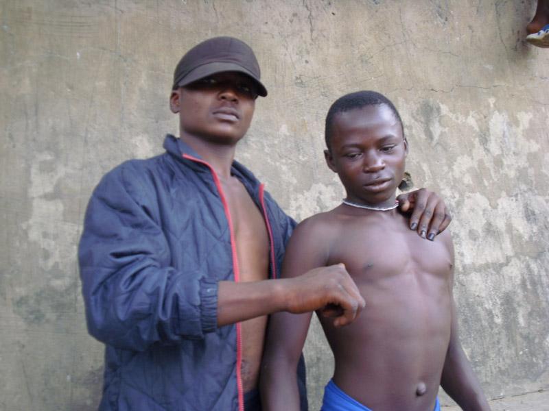 Un grand jeune de la rue chef de bande à Kinshasa impose sa loi et assied son autorité auprès des plus jeunes