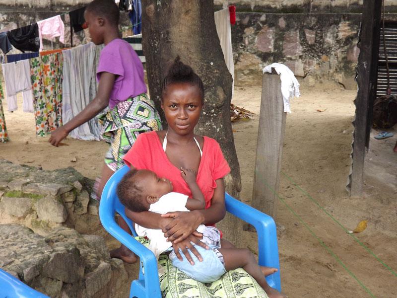 Jeune maman ayant quitté la rue, rue hébergée au Centre Ndako Ya Biso avec son bébé en attendant sa réinsertion