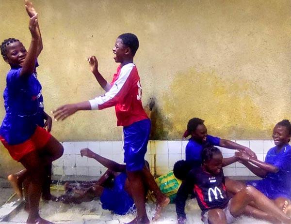 Jeux d'eau des enfants des rues dans la pataugeoire du centre Ndako Ya Biso