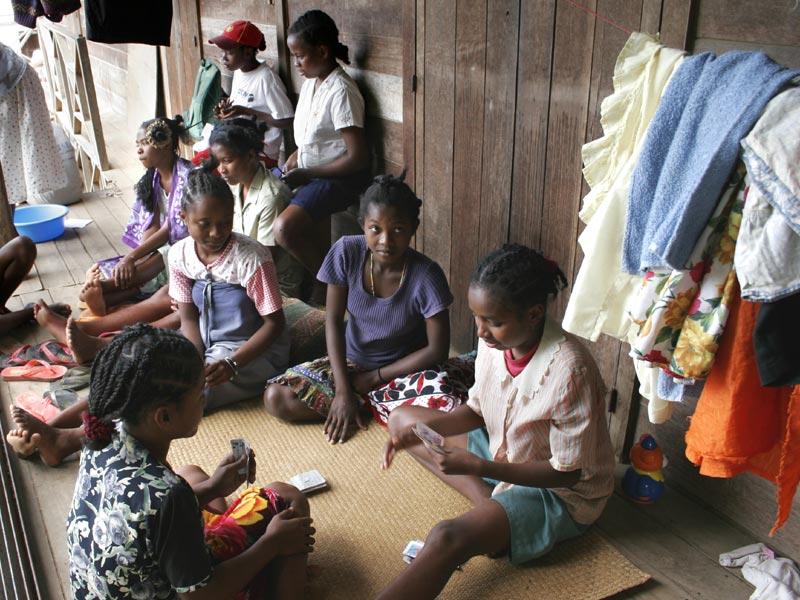 Récréation et détente pour les enfants de l'orphelinat de l'Ile Ste Marie à Madagascar